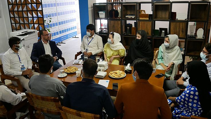 """: A delegation of students from Pakistan and Afghanistan visited Islamabad to discuss matters of regional connectivity and dialogue measures through bilateral exchanges. The visit was arranged by the Department of Political Science (PSUP) of the University of Peshawar and supported by the Hanns Seidel Foundation (HSF) Pakistan as part of the 8th International Summer School on """"The Importance of Regional Connectivity in the Pakistan-Afghan Border Region with a Focus on Bilateral Dialogue & Challenges""""."""